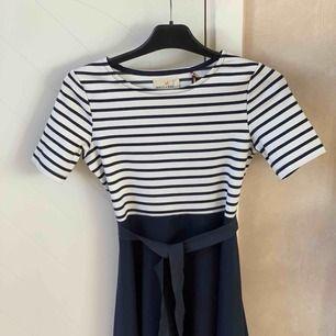 Jätte fin klänning från Lindex. Säljer pga  för liten. Det har varit men favorit klänning, dock är den använd i fin tillfällen så inte så jätte mkt använd. Skulle säga att den passar en XS.