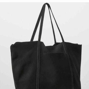 Jättefin väska från Mango, bara använd en gång. Ett fack inuti med dragkedja och ett fack utan utanpå. 22x39cm. Handtagen är såpass lång att man kan ha den på axeln.