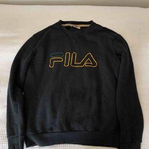Hel svart FILA tröja med märke vid bröstet. Är i väldigt bra skick, har används lite men har inga skador alls. Har väldigt bra passform.