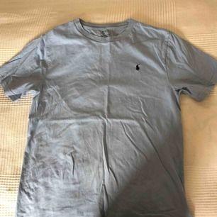 Ljusblå Polo Ralph Lauren t-shirt som är knappt använd! Helt vanligt litet Polo märke vid högre sidan av bröstet.(vet att tröjan är lite skrynklig i bilderna men jag fixar stycker den sen;)