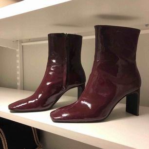 Vinröda lackade boots med tunn & bred klack!  Knappt använda och i fint skick!