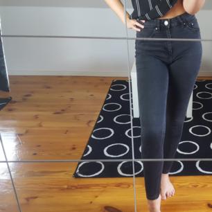 Svarta stretchiga byxor med hög midja. Passar mig bra som är ca. 180 cm lång. Kattägare. Köparen står för frakten 🌻