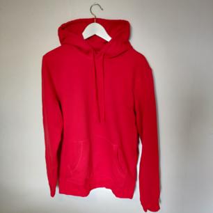Röd hoodie, som ny. Vi delar på frakten vid snabb affär (60 kr) 🌼