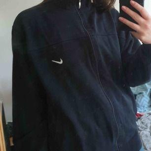 Jättesnygg nike zip tröja, köpt på plick men säljer igen då den tyvärr är för stor!