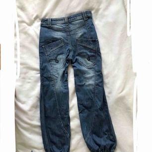 Baggy jeans från ONLY, köpta på Vero Moda. Stora låga fickor, snören nedtill. Mycket fint skick. Fraktkostnad tillkommer