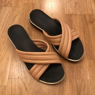 Superfina sandaler som knappt kommit till användning. Kan hämtas i Göteborg, annars fraktar jag och då tillkommer en liten summa för det :)