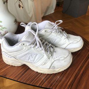 Retro New balance skor i modellen 621. Begagnat skick, men sjukt snygga! Passar en 36a/37a. Kan hämtas i Gbg annars fraktar jag och då tillkommer en liten summa för det. 🥰