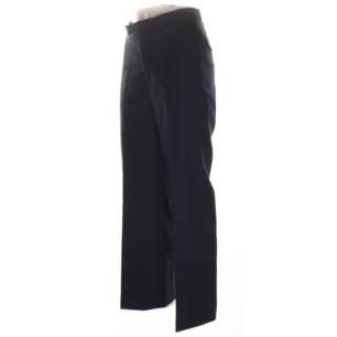 Kostymbyxor från Acne i stl 36. Perfekt långa på mig som är 169 cm. Midjemått 66 cm, innerbenslängd 73 cm. Frakt 59 kr.