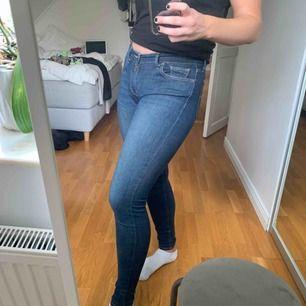 710 Super Skinny, jeans från Levi's! Använda flitigt men fortfarande väldigt fina, lite slitningar på sömmen mellan benen🤝
