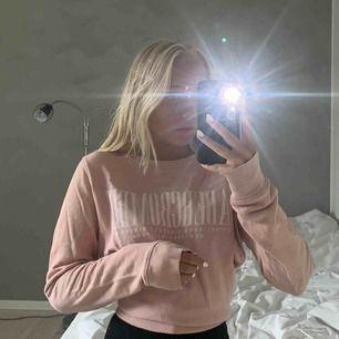 Gammelrosa, långärmad sweatshirt med vit text från abercrombie & fitch. Använd 2 gånger och är i bra skick. Passar XS, S och M. Kan mötas upp i Malmö och Lund, annars står köparna själva för frakten.