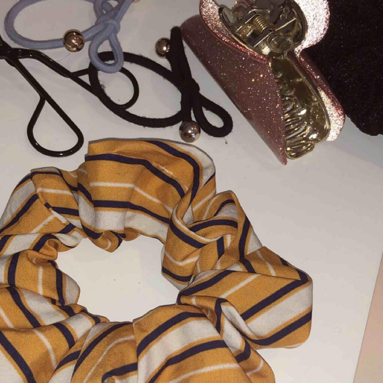 Fin scrunchie som jag fått i present ifrån glitter. Nyligen. . Övrigt.
