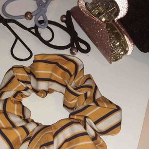 Fin scrunchie som jag fått i present ifrån glitter. Nyligen.