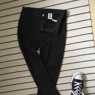 Skinny jeans i barnstorlek. Välanvända men i bra skick. Möt upp i Norrköping eller stå för frakt. Swish betalning.