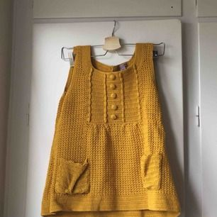 Gul stickad/ virkad kortärmad tröja. Strlk M men passar lika bra som S. Möts upp i Norrköping, annars står kunden för frakt.