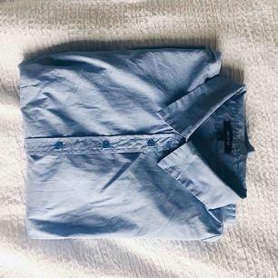 Snygg feminin skjorta. Sömmar över bysten. Gott skick. Det enda som är slitet är lappen i nacken (se bifogad bild)