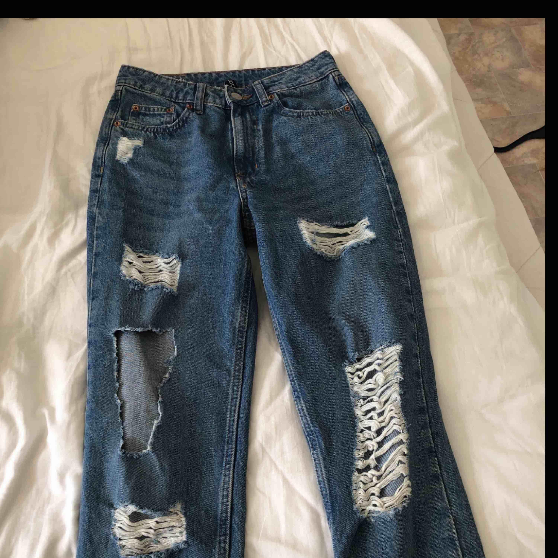 Fina oanvända jeans med stretchig midja. Säljer pågrund av att jag aldrig använder dem, frakt tillkommer. Jeans & Byxor.
