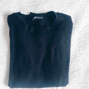 Ribbstickad svart långärmad croptop! Supermjuk så som alla brandys kläder är! Säljer för att jag inte har något bra att para ihop den med :)