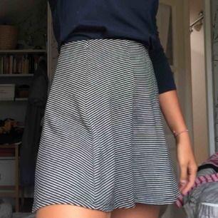 Randig kjol från Pull&Bear. Storlek M men känns mer som S, säljer pga för liten för mig!