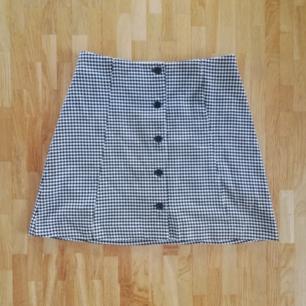 Jättefin kjol med knappar fram! Rätt så  stretchig i materialet. Aldrig använd!