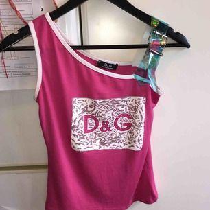Skit snyggt y2k linne från Dolce&Gabbana. Köpt second hand och aldrig använd förutom till dom här bilderna. Köparen står för frakten