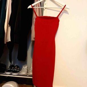 Oanvänd röd tight klänning
