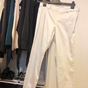 Storlek 38 men mer som 36, vita tighta kostymbyxor