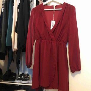 Vinröd klänning med knytning
