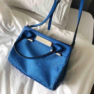Äkta Calvin Klein väska köpt i butik i New York. Den är väl använd och de syns lite där i kanten men inget man tänker på!