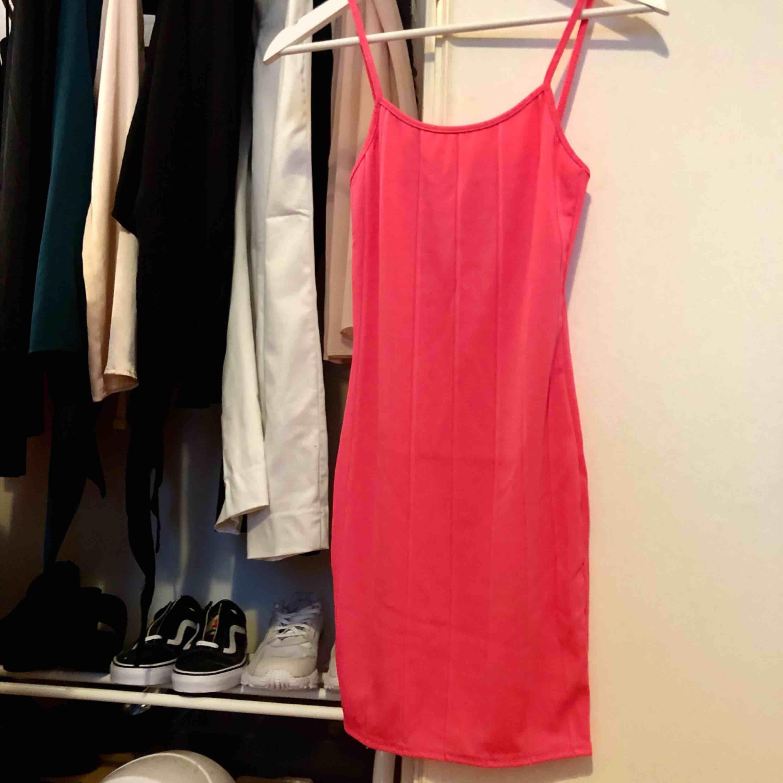 Tight neonrosa klänning. Klänningar.