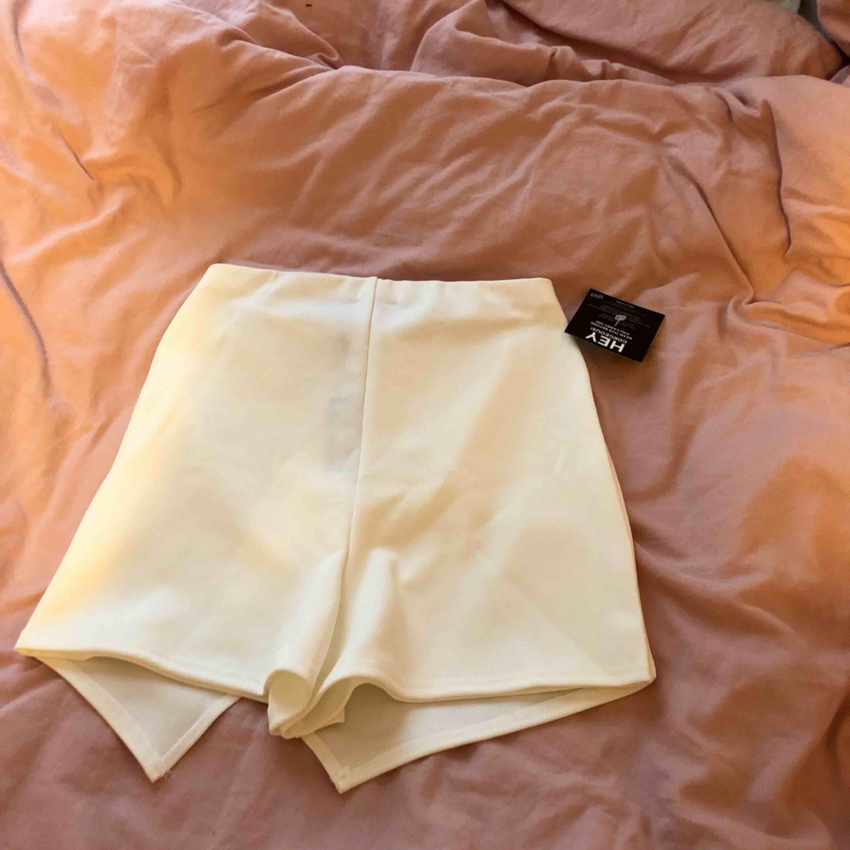 Shorts som ser ut som kjol, oanvänd. Kjolar.