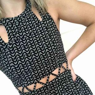 Mönstrad klänning från H&M, dragkedja i bak. Köparen står för frakten! 🛍