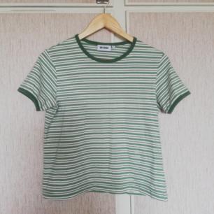 Söt t-shirt från weekday, storlek men ganska liten i storlek (är vanligen en S men den sitter bra)