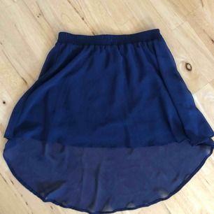 Mörkblå kjol som är längre i bak, har både en underkjol och en lösare överkjol. Köparen står för frakten! 🛍