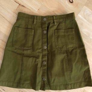 Militärgrön kjol från monki, använd ett fåtal gånger och är därför i nyskick! Köparen står för frakten 🛍