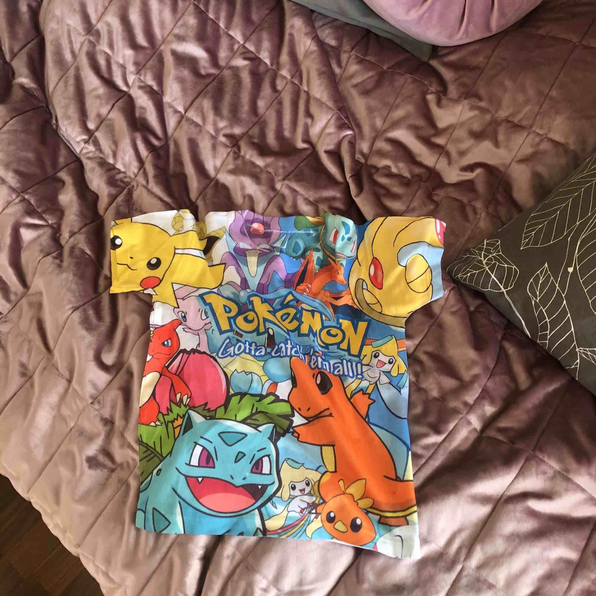 Unik pokemon crop top som e rolig att matcha! Köpt på plick men använd endast en gång av mig.. Tröjor & Koftor.