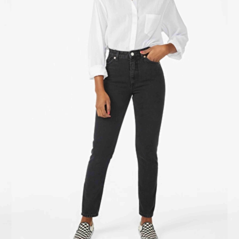 Kimomo jeans från monki, använd ett fåtal gånger och är i bra skick. Nypris 400kr men säljer för 150kr. Köparen står för frakten! 🛍. Jeans & Byxor.