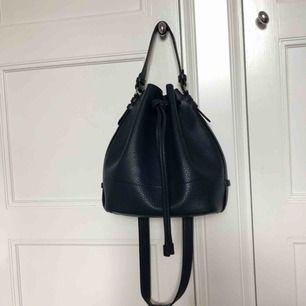 Super snygg, mörkblå väska i skinnimitation. Väskan är i superfint skick, endast använd 2 ggr. Finns två inner fack!