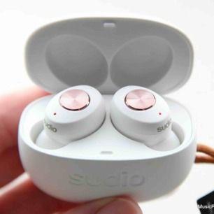 Helt nya vita Sudio Tolv trådlösa bluetooth hörlurar! Aldrig använda, endast testade i ca 10 min! 7h speltid, bluetooth 5.0, 15m räckvidd, laddtid 1,5h (för fullt batteri). Trådlöst laddningsetui. NYPRIS 1200kr