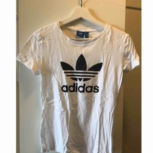 T-shirt från adidas