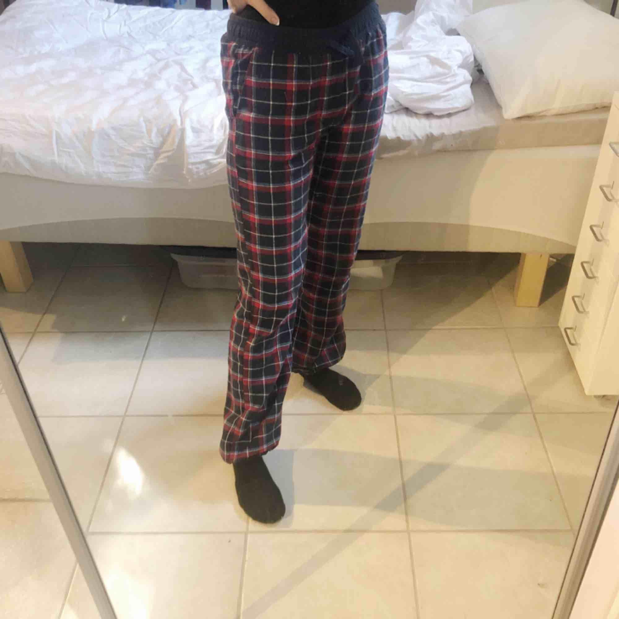 Supersköna skotskrutiga mjukisbyxor, frakt tillkommer💓. Jeans & Byxor.
