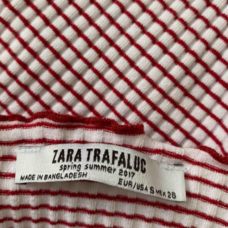 SUPERSÖT tröja ifrån zara! Strechig så skulle säga att den passar allt ifrån XS-medium!! Pris exkl frakt 🥰. Toppar.