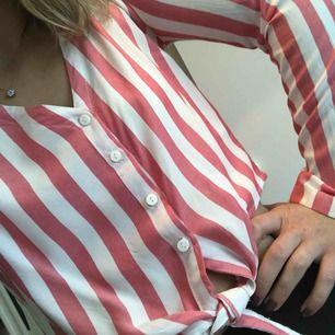 Tunn randig skjorta med knut. Köparen står för frakten! 🛍