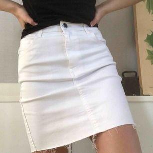 Jättefin vit jeanskjol i stretchigt tyg. Har bara använt den en gång och den är alltså i nytt skick, köparen står för frakt!💕