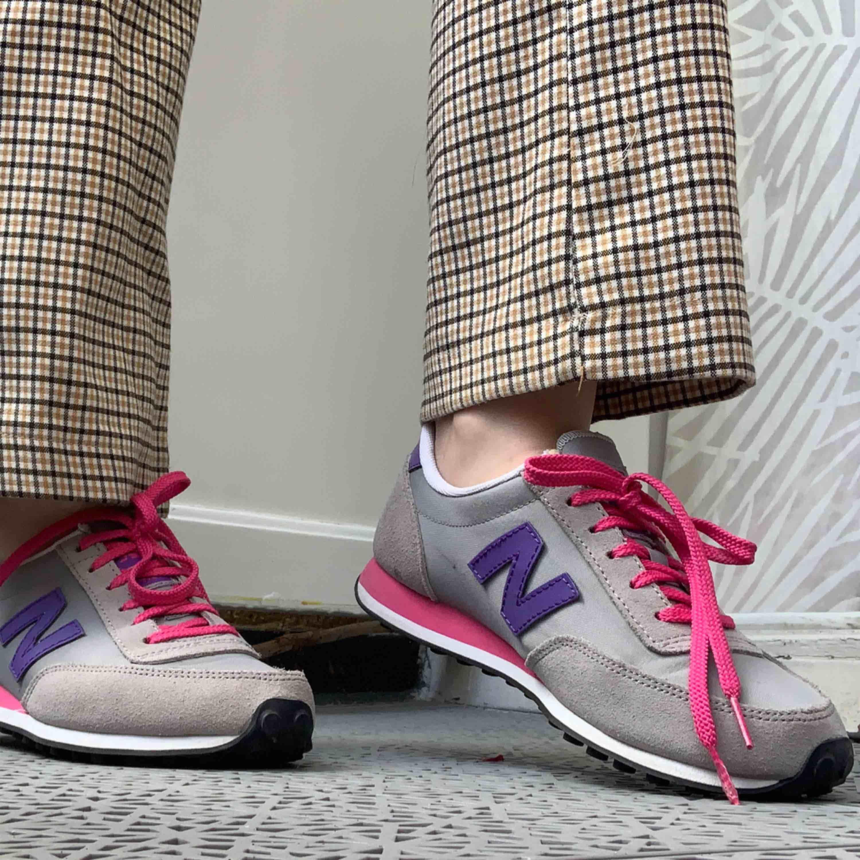 Supersöta retro-inspirerade sneakers, har knappt blivit använda då de är för små för mig😢. Skor.