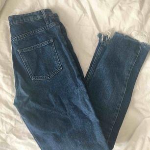 Snygga jeans från NA-KD som jag tyvärr växt ur! storlek 32 och snygga slitningar längst ner