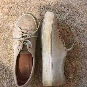 Gråa mocka skor från DASIA! Ny pris ca 900. Lite smutsiga därav priset men dem går säkert att tvätta