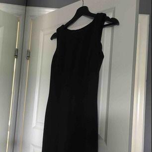 Tajt klänning, skulle säga att den är XS/S finns ingen direkt storlek som står. Väldigt fin passform