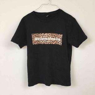 Säljer dessa t-shirts. Första tröjan är i strl S och resten är i XS. 20kr st eller 50 för alla tre. Dom två svarta är från Gina Tricot och den gråa från Denim Crocker. Du står för frakt 💓🔥