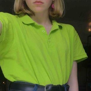 jättefin grön pikétröja jag thriftat🤪 stl. L men sitter snyggt oversized på mindre storlekar🐉 cool att croppa om man vill det😈 köparen betalar för frakt
