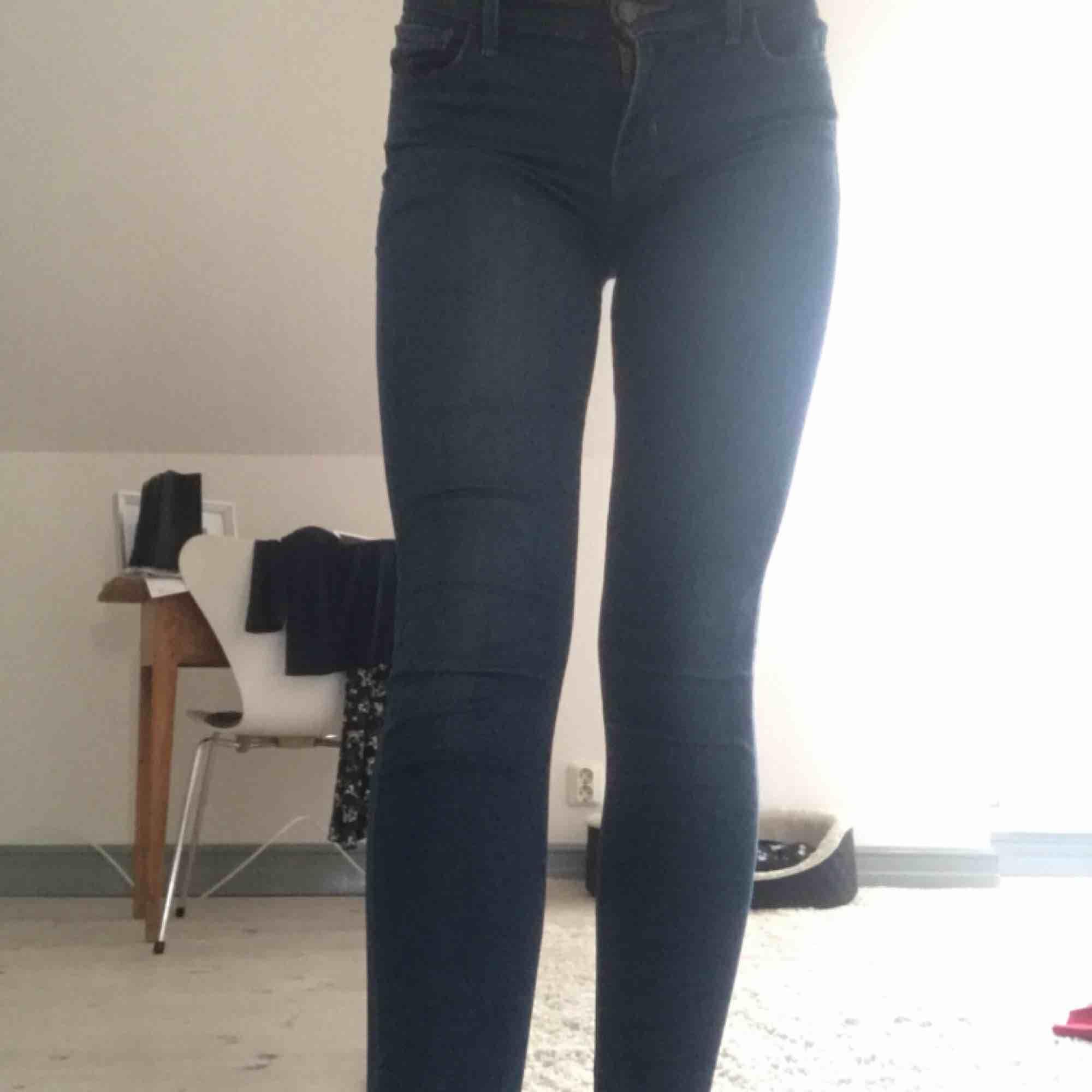 Levis jeans i mörkblått, säljs pga försmå för mig, men supersköna och snygg färg! Kan mötas upp i Lund annars tillkommer liten frakt. Jeans & Byxor.